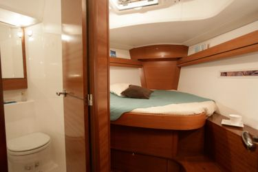 Dufour 405 Forward Cabin